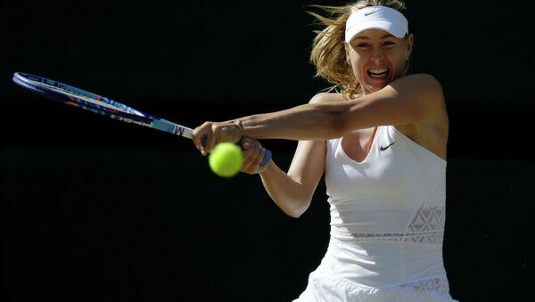 Российская теннисистка Мария Шарапова в матче против Серены Уильямс в полуфинале Уимблдонского турнира