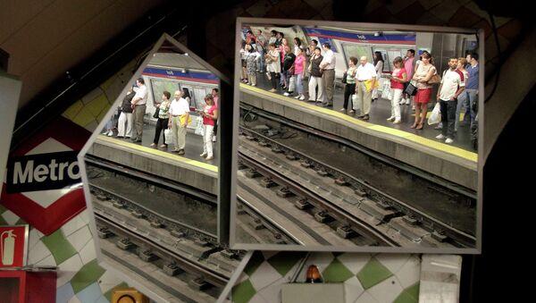 Пассажиры в метро Мадрида. Архивное фото