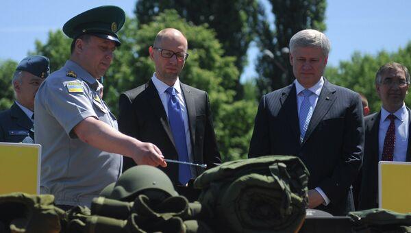 Премьер-министр Канады Стивен Харпер (справа) и и премьер-министр Украины Арсений Яценюк