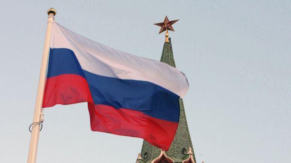 Российский государственный флаг на фоне кремлевской башни, архивное фото