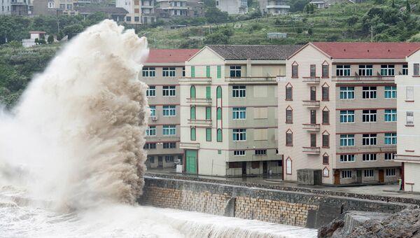 Огромные волны, вызванные тайфуном Чан-Хом, на побережье города Венлинг, Китай