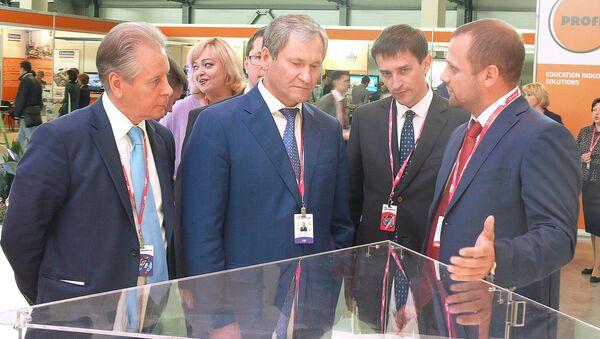 Губернатор курганской области Андрей Кокорин посетил стенд Швабе