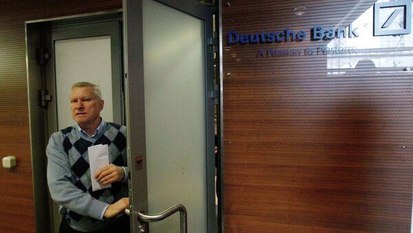 Посетители у входа в офис Дойче Банка. Архивное фото