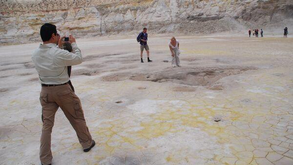 Туристы осматривают вулкан на греческом острове Нисирос