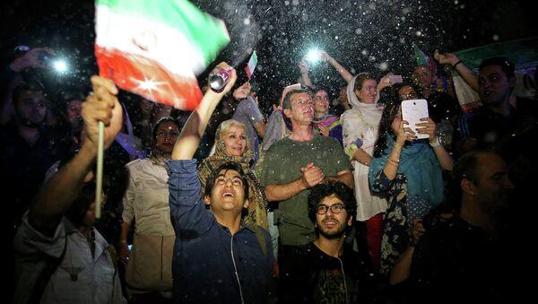 Иранцы празднуют ядерное соглашение в Тегеране, 14 июля 2015.