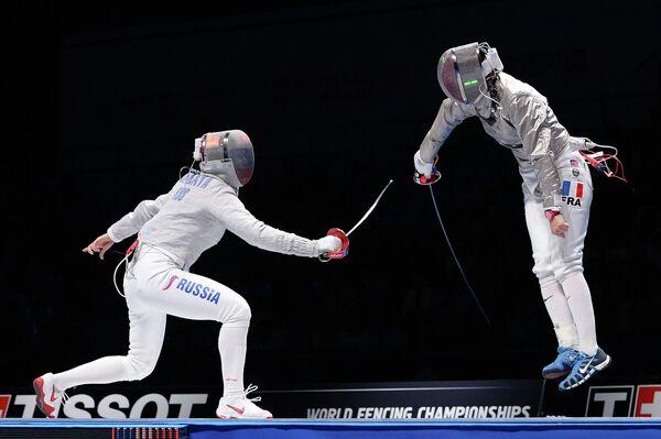 Финальный поединок соревнований среди женщин по фехтованию на саблях на чемпионате мира в Москве