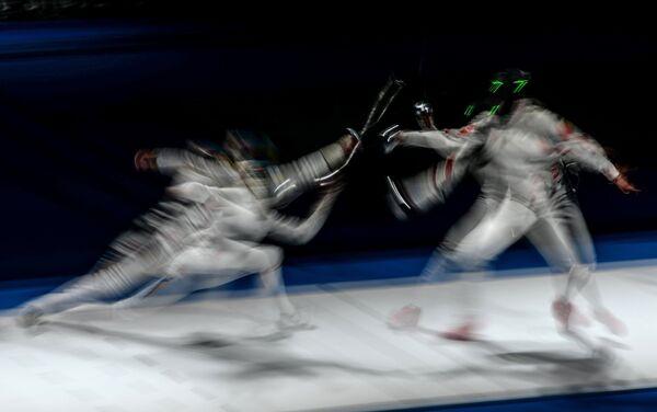 Эмма Самуэльссон (Швеция) и Сюй Аньци (Китай) в полуфинальном поединке на соревнованиях среди женщин по фехтованию на шпагах на чемпионате мира в Москве