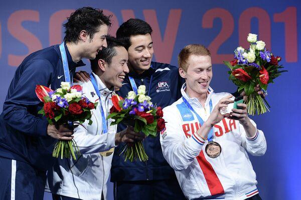 Призеры соревнований среди мужчин по фехтованию на рапирах на чемпионате мира в Москве во время церемонии награждения