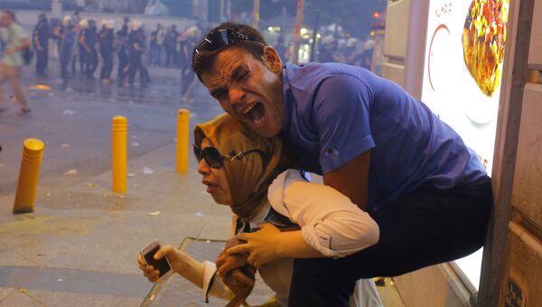 Участники антиправительственной демонстрации в Стамбуле после применения полицией слезоточивого газа. 20 июля 2015