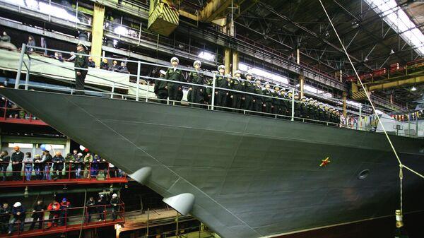 Рабочие Амурского судостроительного завода и экипаж судна во время спуска на воду корвета проекта 20380, построенного для Тихоокеанского флота ВМФ России