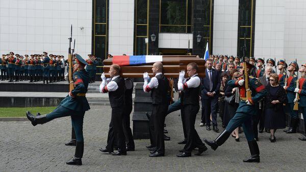 Вынос гроба с телом председателя Партии возрождения России Геннадия Селезнёва после церемонии прощания в Траурном зале Центральной клинической больницы в Москве