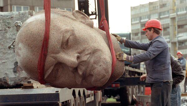 Демонтаж памятника Ленину в Берлине. 13 ноября 1991. Архивное фото