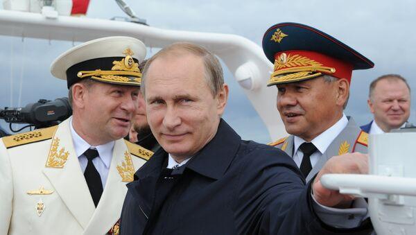 Президент России, верховный главнокомандующий ВС РФ Владимир Путин (в центре) на борту катера обходит суда, участвующие в военно-морском параде к Дню Военно-морского флота, в городе Балтийске.