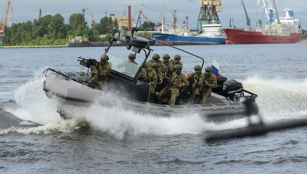 Военнослужащие на военном катере во время торжественного открытия VII Международного военно-морского салона в Санкт-Петербурге