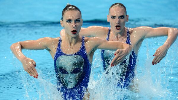 Наталья Ищенко и Светлана Ромашина выступают с произвольной программой в предварительном раунде соревнований по синхронному плаванию
