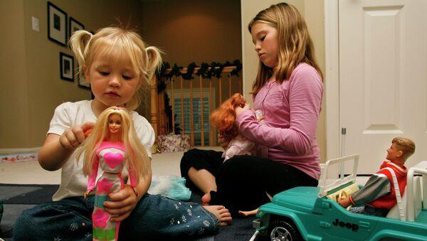 Дети играют с куклами Барби. Архивное фото