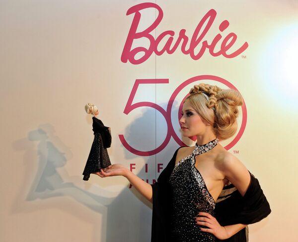Модель в костюме куклы Барби на  Международной ярмарке игрушек в Нюрнберге, Германия