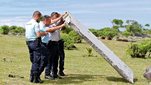 Полицейские изучают обломки самолета, найденные в Сен-Андре, Реюньон