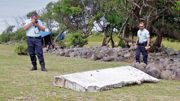 Полицейские осматривают обломки самолета, найденные в Сен-Андре, Реюньон