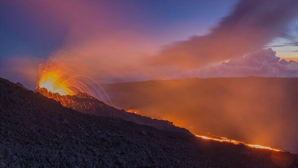 Вулкан на острове  Реюньон Питон-де-ла-Фурнез. Архивное фото