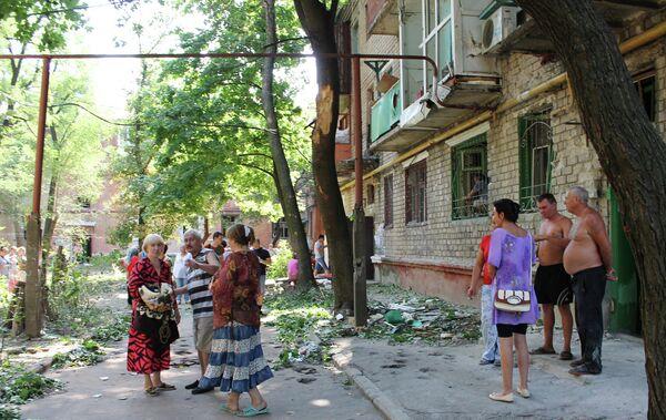 Жители одного из домов Горловки после обстрела