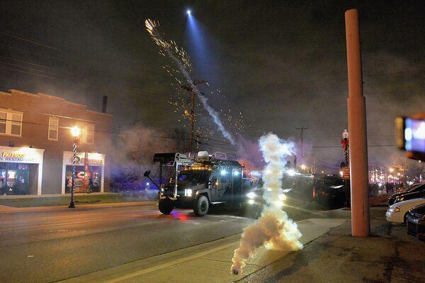 Полиция распыляет слезоточивый газ во время беспорядков в городе Фергюсон