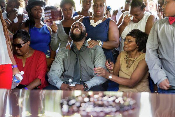 Семья Майкла Брауна во время церемонии прощания с телом погибшего