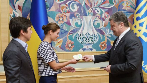 Президент Украины Петр Порошенко вручает украинский паспорт политику Марии Гайдар