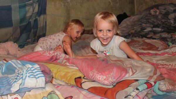 Дети, живущие в бомбоубежище в одном из окраинных районов Донецка, Украина. Архивное фото