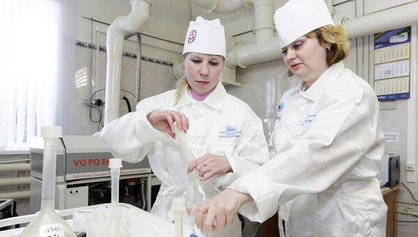 Сотрудницы СХК, занятые на производстве стабильных изотопов. Архивное фото