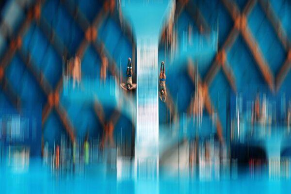Спортсмены на разминке перед соревнованиями по синхронным прыжкам в воду с вышки 10 м среди мужчин на FINA 2015