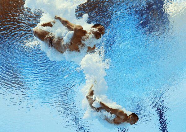 Илья Кваша и Александр Горшковозов (Украина) в соревнованиях предварительного раунда по синхронным прыжкам в воду с трамплина 3 м среди мужчин на FINA 2015