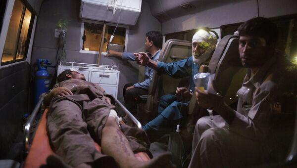 Раненые в результате взрыва в автомобиле скорой помощи в Кабуле. Архивное фото