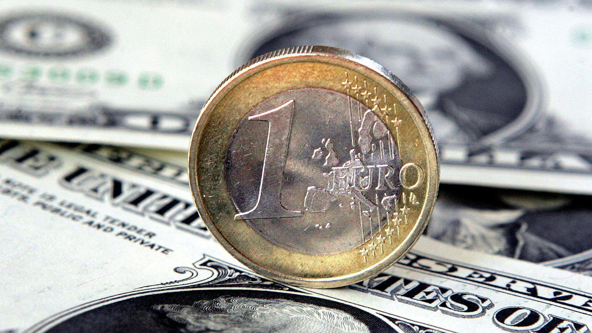 Доллары и евро. Архивное фото - РИА Новости, 1920, 05.01.2021