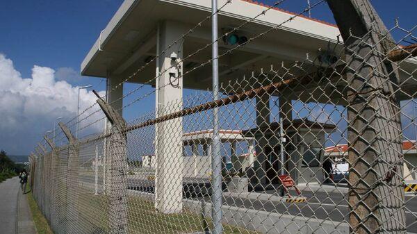 Новые ворота базы Кемп-Шваб в поселке Хэноко