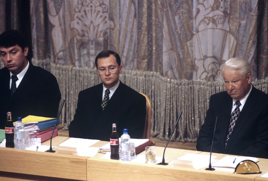 Борис Немцов, Сергей Кириенко и Борис Ельцин на заседании правительства РФ 23 июня 1998