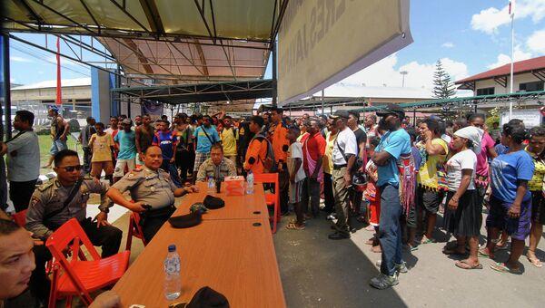 Близкие и родственники пассажиров пропавшего самолета в аэропорту Джаяпура, Индонезия