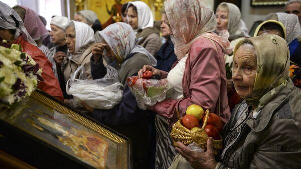 Освящение яблок в церкви Иоанна Предтечи в Екатеринбурге в праздник Преображения Господня (Яблочный Спас
