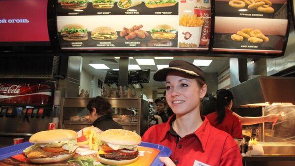Работник ресторана Burger King, который открылся в торговом центре Европейский. Архивное фото