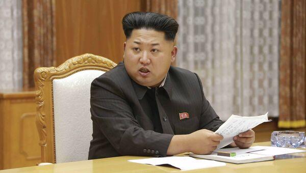 Северокорейский лидер Ким Чен Ын на экстренном заседании Центрального военного совета в Пхеньяне. 21 августа 2015