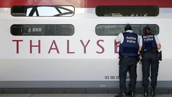Бельгийские полицейские осматривают поезд Thalys, 22 августа 2015 года