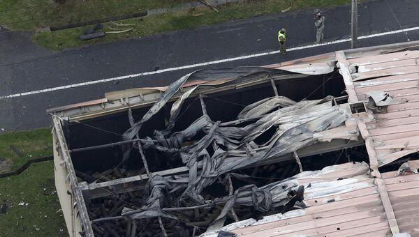 На месте взрыва на американской военной базе в японском городе Сагамихара. 24 августа 2015