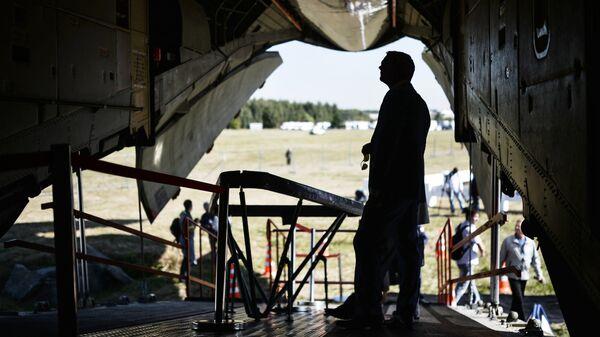 Посетитель выставки осматривает самолет Ил-76МДК, предназначенный для подготовки космонавтов, во время открытия авиасалона МАКС. Архивное фото