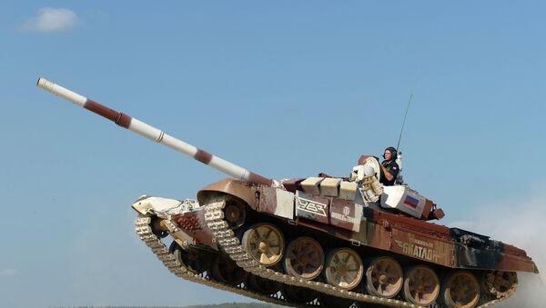 Экипаж из России на танке Т-72Б в гонке преследования на соревнованиях чемпионата мира Танковый биатлон - 2014. Архивное фото