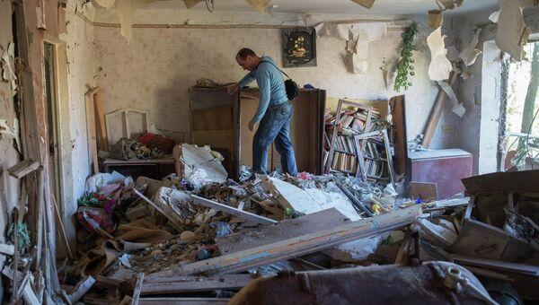 Жители Горловки в разрушенной квартире многоквартирного жилого дома на улице Кирова. Архивное фото