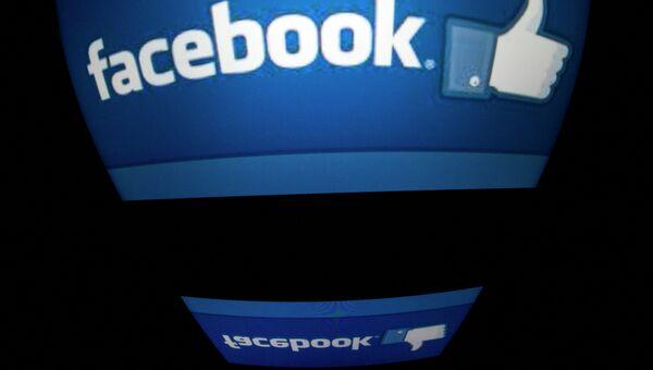 Логотип социальной сети Facebook на экране планшета. Архивное фото