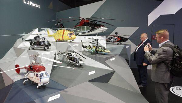 Посетители у стенда компании Вертолеты России на Международном авиационно-космическом салоне МАКС-2015 в подмосковном Жуковском