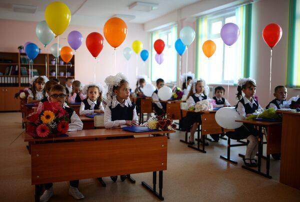 Первоклассники в классе в селе Новолуговое Новосибирской области