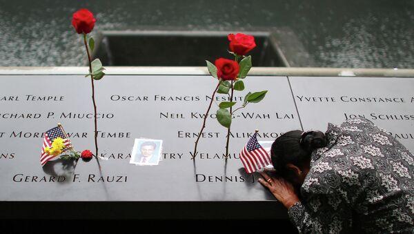 Женщина у мемориала на 13-й годовщине теракта 11 сентября в Нью-Йорке
