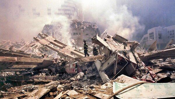 Обломки башни Всемирного торгового центра после теракта 11 сентября 2001 года в Нью-Йорке